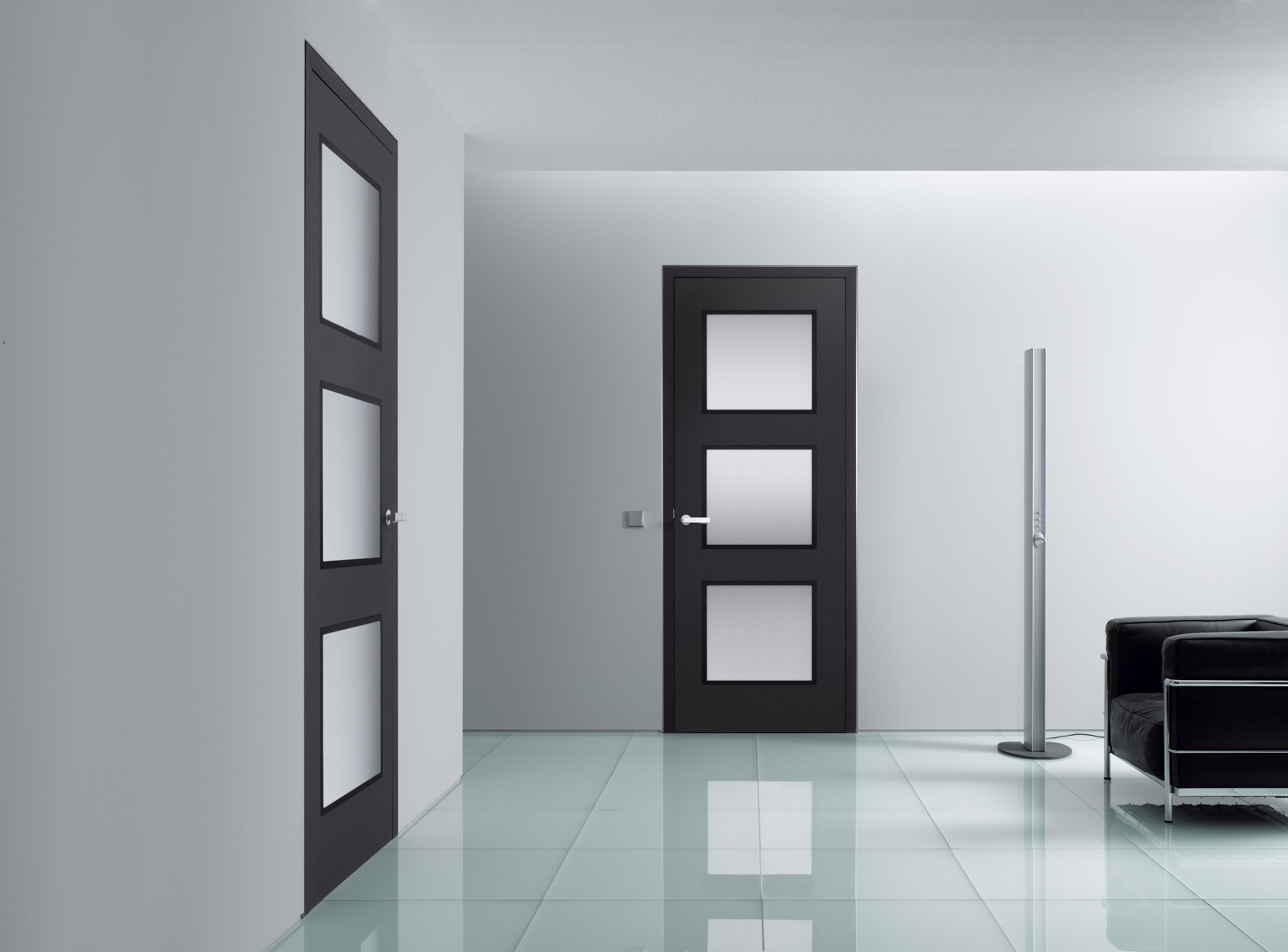 Wandbündige Tür mit Glasausschnitt