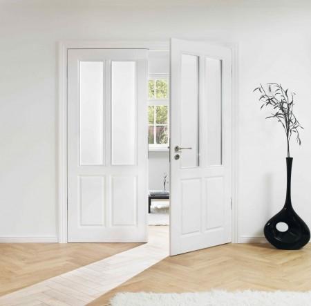 Weiße zweiflügelige Tür