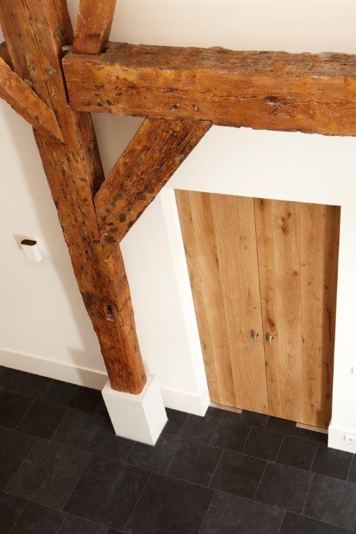 Holztür und Holzbalken