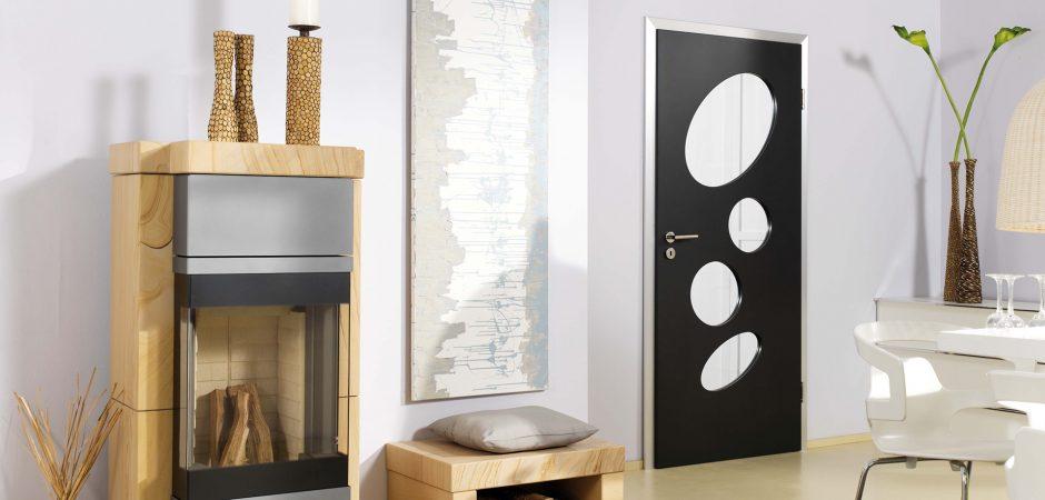 Schwarze Tür mit Glaseinsätzen