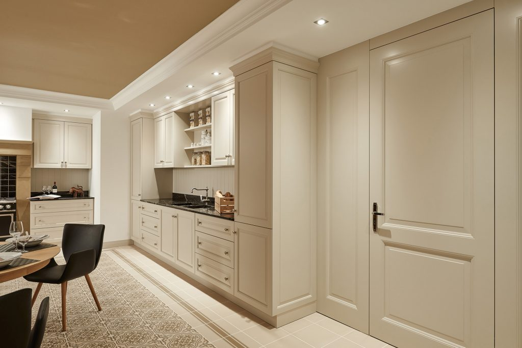 Raumhohe weiße Stiltür