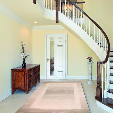 Klassisch und modern zugleich – weiße Stiltür in Kassettenoptik und mit Glaselement.