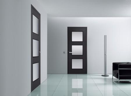 Flur und Türen mit Glasausschnitten