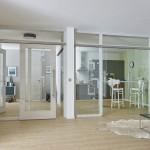 Glastür mit Windfangelementen