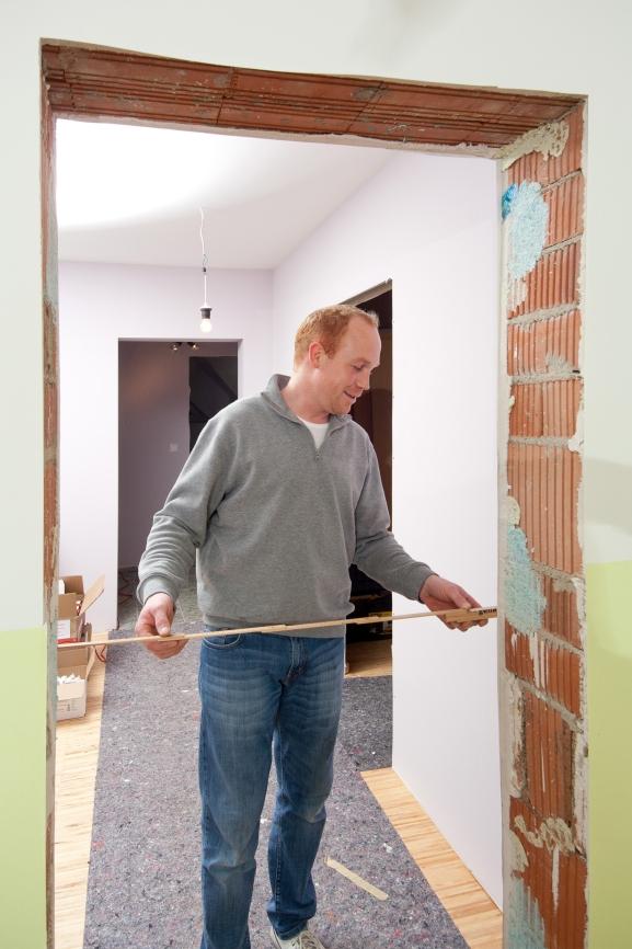 Maueröffnungsbreite messen.