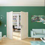 Weiße Tür, grüne Wand