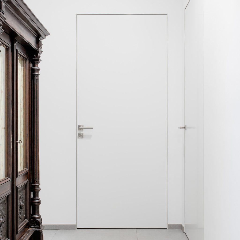 Weiße Tür mit schmaler Zarge