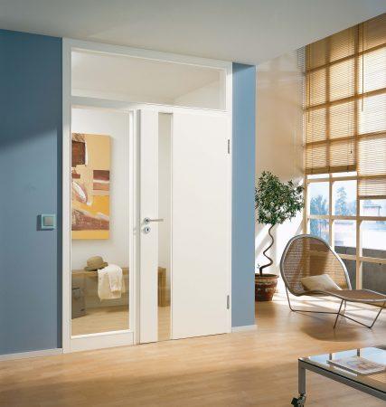 Weiße Tür mit Windfang
